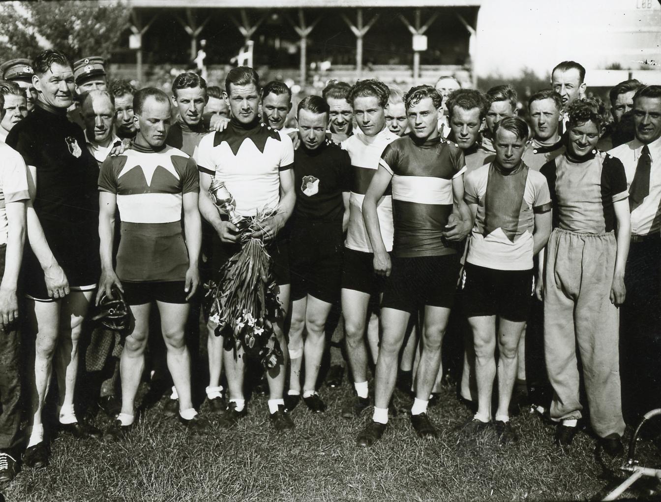Fra venstre: Gerhard Friis, Børge Petersen, Dissing Rasmussen (KBH), Carl Holm Petersen, Kaj Nielsen, Emilius Gammelgaard, Ivan Hansen. Foto: Åge Fredslund Andersen.