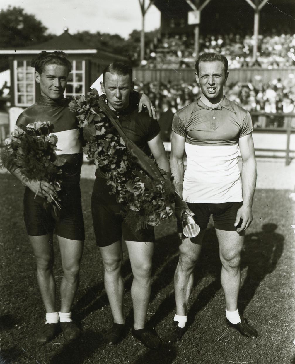 Carl Holm Petersen bliver den første lokale Grand Prix vinder foran Kaj Nielsen (tv.) og Ejner Olesen (København th.) 1933. Foto: Aage Fredslund Andersen.