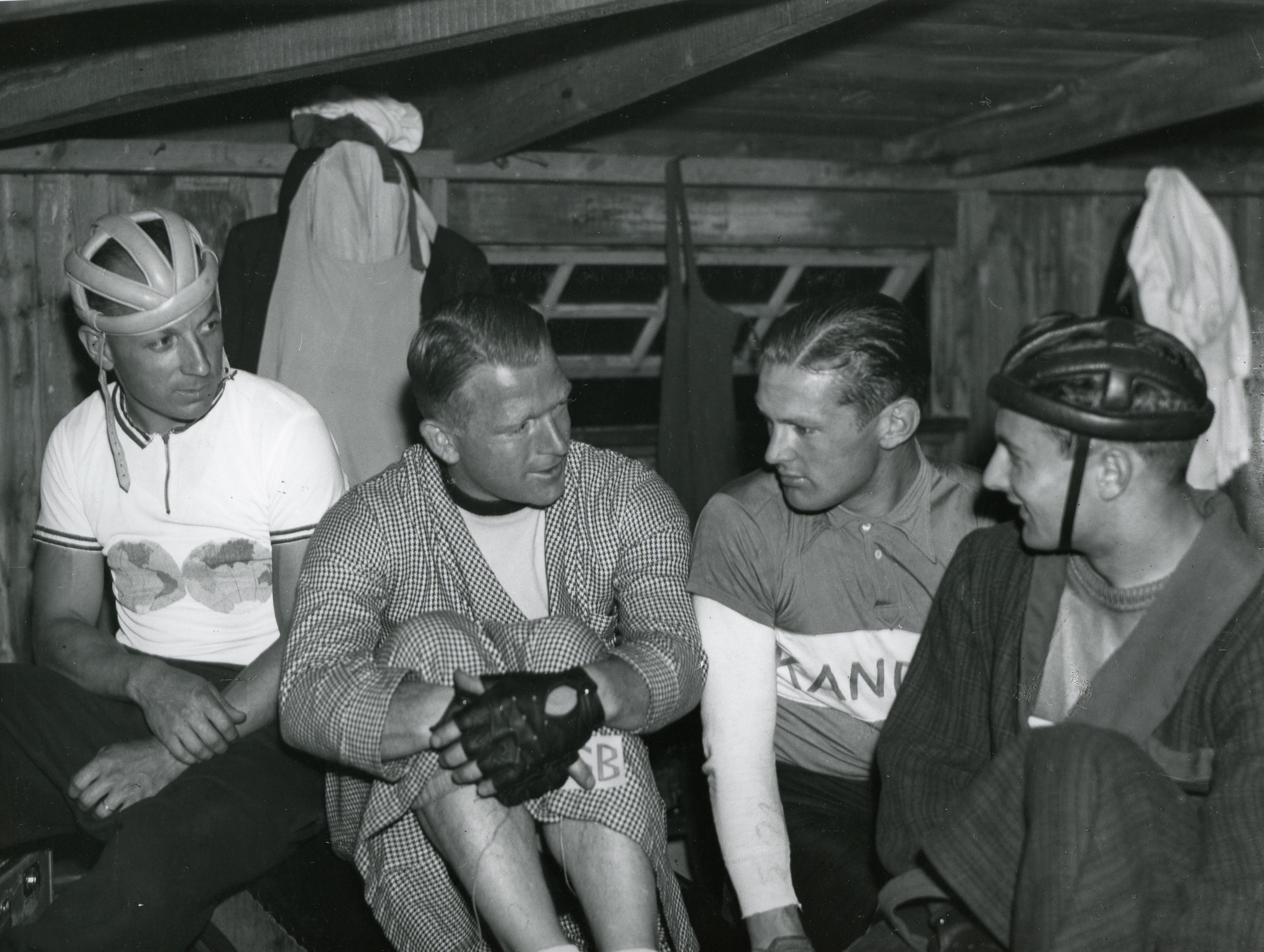 Deltagerne i den professionelle landskamp mellem Danmark - Frankrig på Aarhus Cyklebane, fra venstre Lucien Michard, Willy Falck Hansen, Heino Dissing, Louis Chaillot. Foto: Aage Fredslund Andersen.